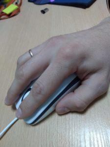 правильная посадка руки с компьютерной мышкой